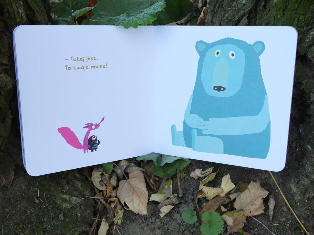 """Trochę się zgubilam. """"Tutaj jest twoja mama""""- wiewióka wskazuje na niedźwiedzia."""